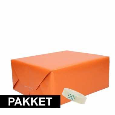 3x oranje kraft cadeaupapier met rolletje plakband pakket 1