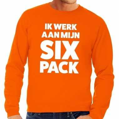 Ik werk aan mijn six pack fun sweater oranje voor heren