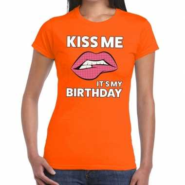 Kiss me it is my birthday oranje fun t-shirt voor dames