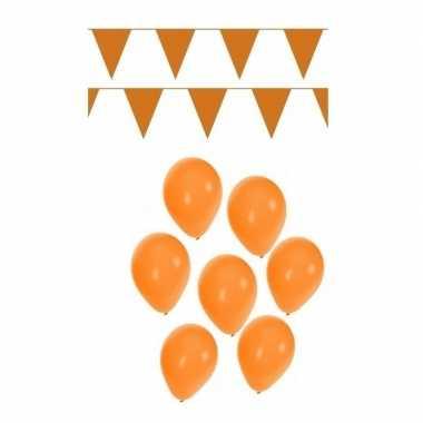 Koningsdag feest versiering met oranje vlaggenlijnen en ballonnen