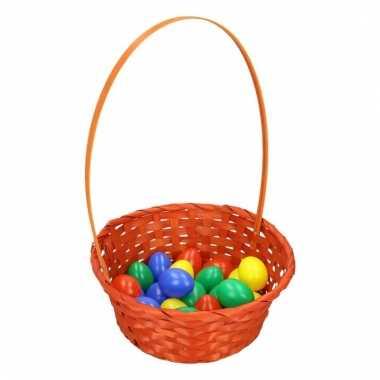 Oranje paasmandje met gekleurde eieren