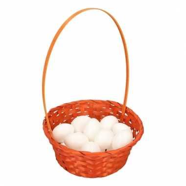 Oranje paasmandje met witte eieren