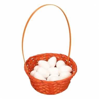 Oranje paasmandje met witte piepschuim eieren