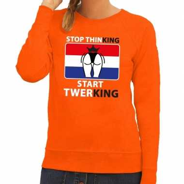 Stop thinking start twerking sweater oranje dames