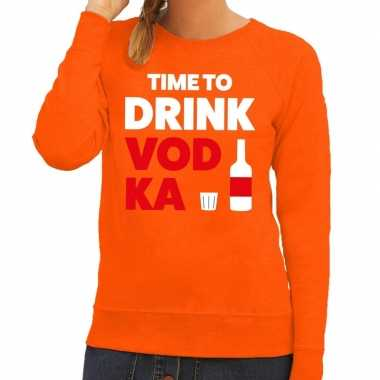 Time to drink vodka fun sweater oranje voor dames