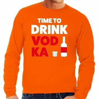 Time to drink vodka fun sweater oranje voor heren