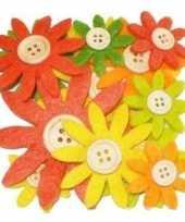 24x stuks gekleurde hobby bloemen geel oranje groen van vilt met houten knoop