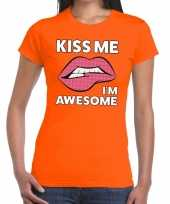 Kiss me i am awesome oranje fun t-shirt voor dames