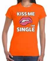 Kiss me i am single oranje fun t-shirt voor dames