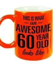 Neon oranje awesome 60 year cadeau mok verjaardag beker 330 ml