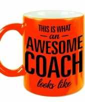 Neon oranje awesome coach cadeau mok beker voor je trainer 330 ml