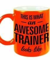 Neon oranje awesome trainer cadeau mok beker voor je coach 330 ml