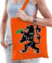 Oranje koningsdag tas met drinkende leeuw voor dames
